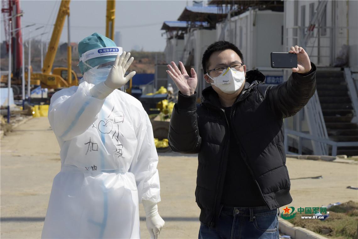 """武汉火神山医院""""明星""""患者治愈出院 被称为""""病房志愿者"""""""