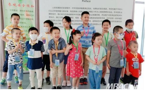 光明乳业迎来首期科普秋令营 亲子家庭亮相中国乳业博物馆